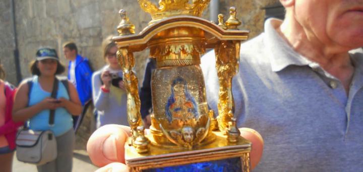 Virgen del Cristal en manos de D. Adolfo