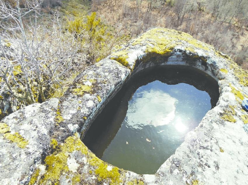 Pila en el emplazamiento del castillo de A Picoña_Valerià Paül