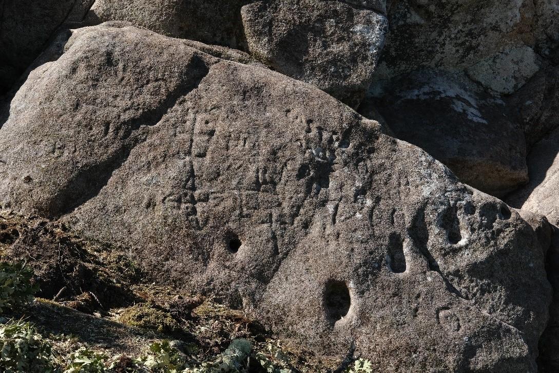 Inscripciones en una roca del castillo de A Picoña