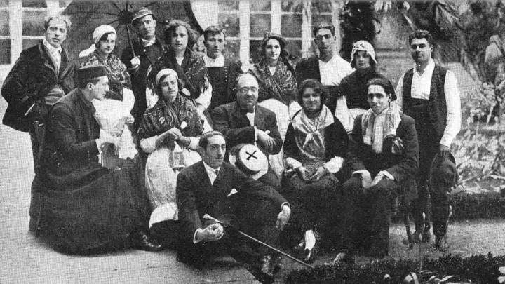 D. Armando Cotarelo (señalado con una X) con Olimpia Valencia sentada a su izquierda, en compañía de otros universitarios y universitarias en el estreno de la obra teatral/Foto: Ksado