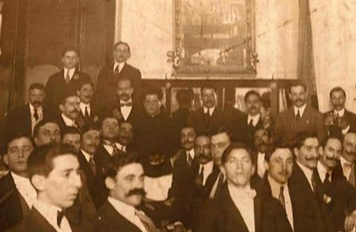"""Manuel González, sentado al fondo con Basilio Álvarez a su derecha, en el """"lunch"""" brindado por la colectividad española en el Restaurant de la calle Bolivar 583, San Telmo"""