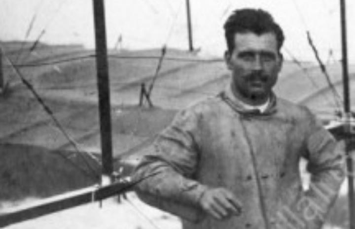 Manuel González, el aviador al lado de uno de sus biplanos