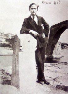 Eduardo Blanco Amor junto al monumento a Curros (1916)