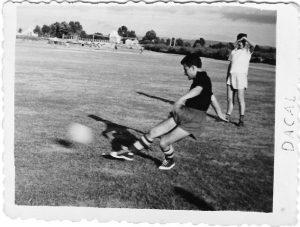 Carlos Casares xogando ó fútbol en 1960
