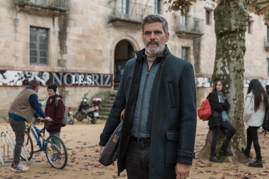 """El actor Roberto Enríquez con el Monasterio de Celanova al fondo en una imagen de """"El desorden que dejas""""/ Netflix"""